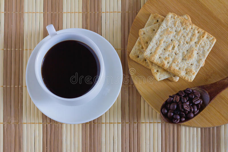 Φλιτζάνι του καφέ με την κροτίδα σίτου στο χρόνο προγευμάτων στοκ εικόνα με δικαίωμα ελεύθερης χρήσης