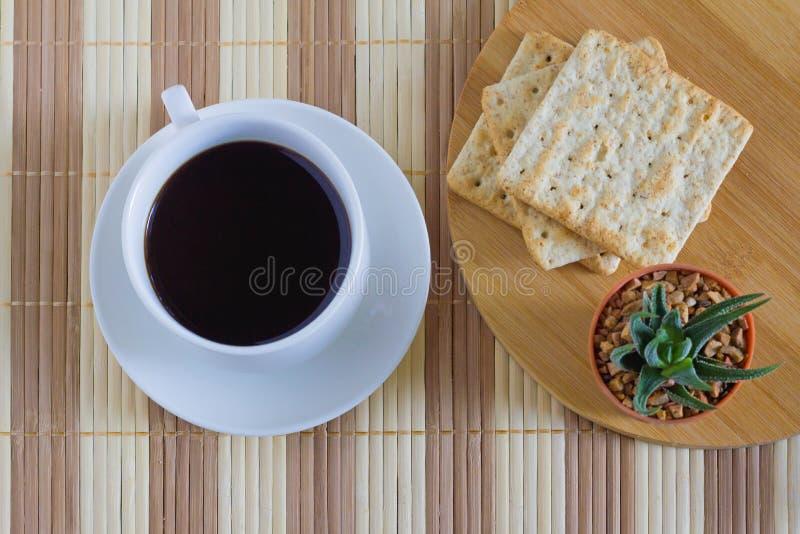 Φλιτζάνι του καφέ με την κροτίδα σίτου στο χρόνο προγευμάτων στοκ εικόνα
