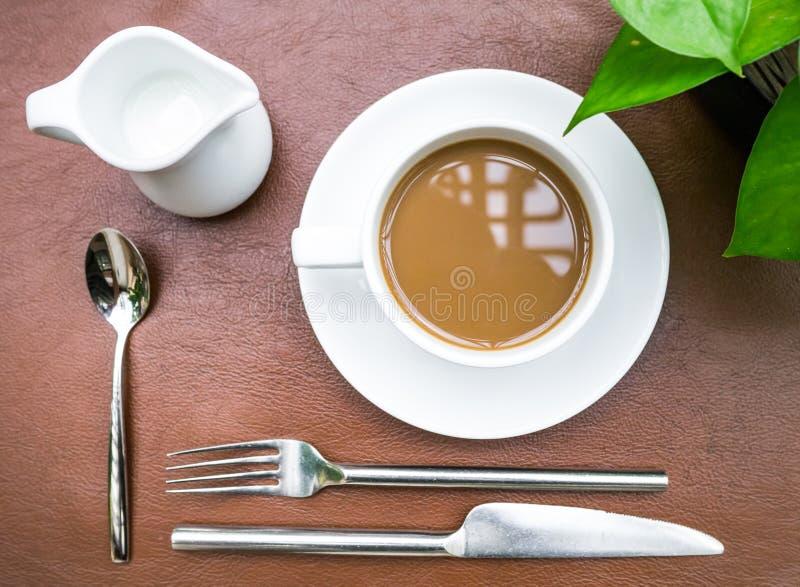 Φλιτζάνι του καφέ με τη μαγειρική οργάνωση στοκ εικόνες