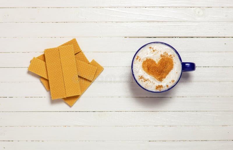 Φλιτζάνι του καφέ με το σύμβολο και τις βάφλες μορφής καρδιών στοκ φωτογραφίες