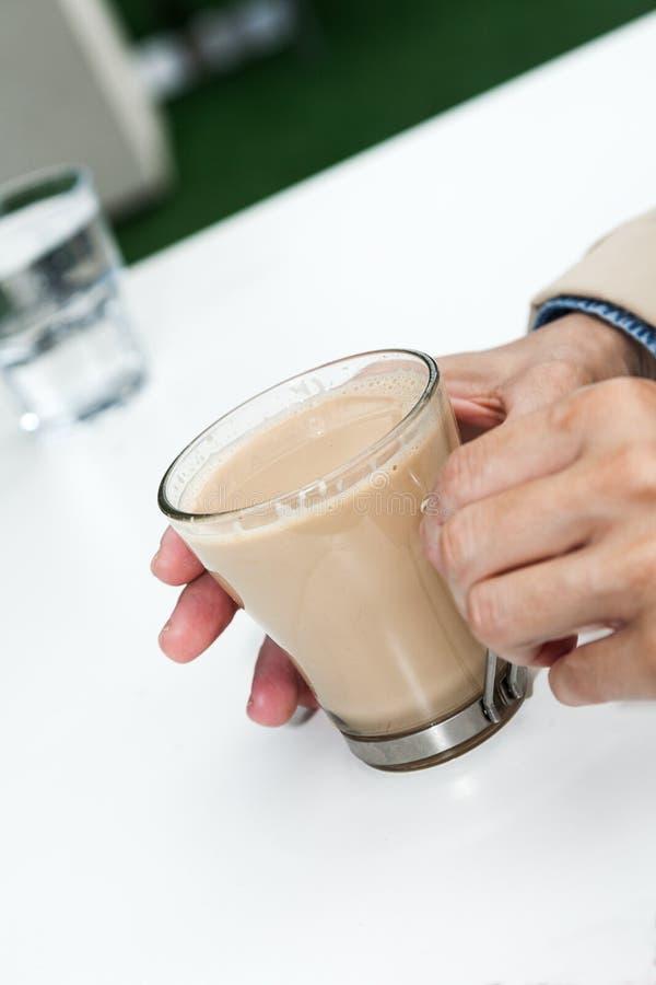Φλιτζάνι του καφέ με το χέρι γυναικών στοκ φωτογραφία με δικαίωμα ελεύθερης χρήσης