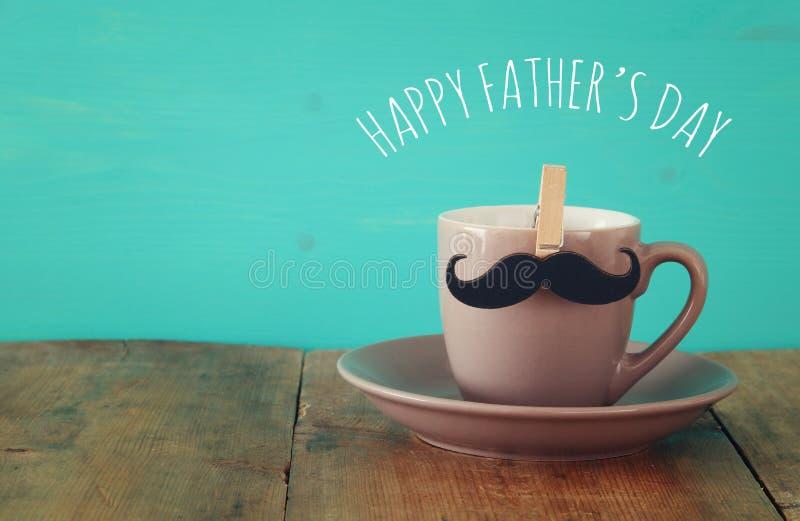 Φλιτζάνι του καφέ με το mustache Father& x27 έννοια ημέρας του s στοκ εικόνες