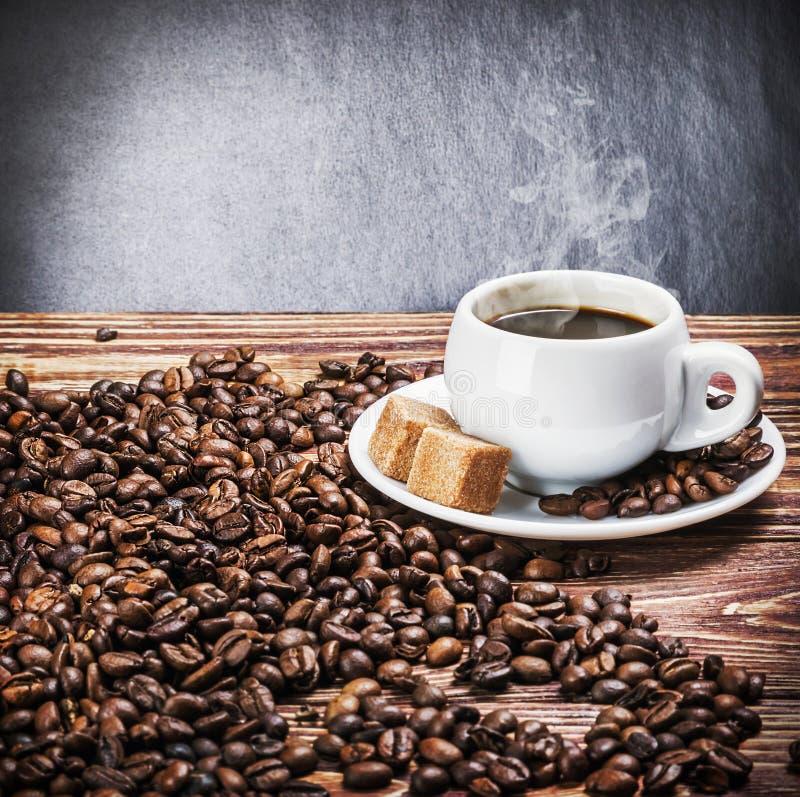 Φλιτζάνι του καφέ πρωινού σε έναν ξύλινο πίνακα στοκ φωτογραφία
