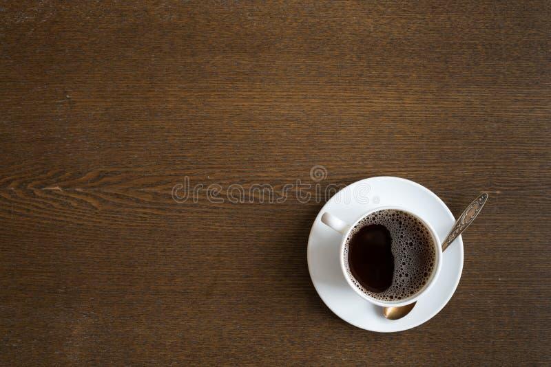 Φλιτζάνι του καφέ σε ένα ξύλινο επιτραπέζιο υπόβαθρο grunge στοκ εικόνες με δικαίωμα ελεύθερης χρήσης