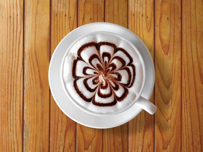 Φλιτζάνι του καφέ latte στον ξύλινο πίνακα στοκ εικόνες
