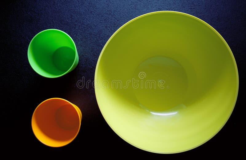 Φλυτζάνια και ένα πιάτο στο σκοτεινό πίνακα στοκ εικόνες με δικαίωμα ελεύθερης χρήσης