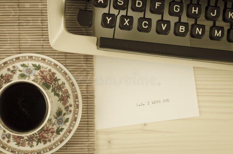 Φλυτζάνι, γραφομηχανή και σ' αγαπώ μήνυμα καφέ Παλαιό ύφος φωτογραφιών στοκ φωτογραφίες