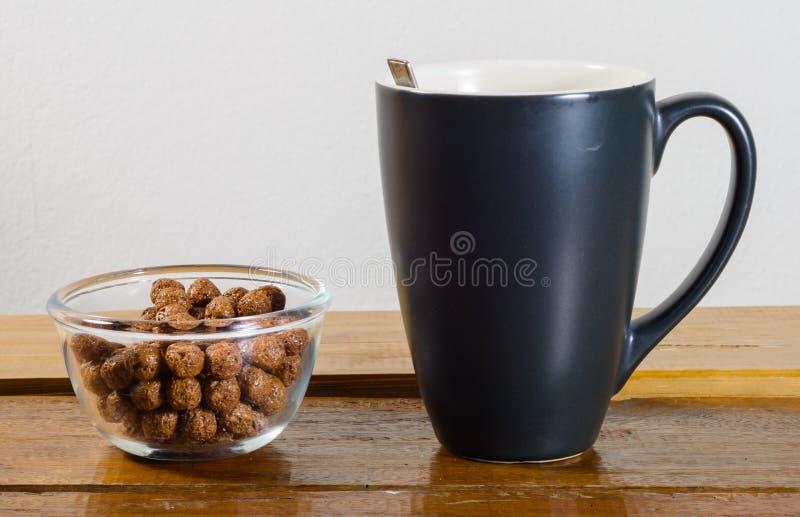 Φλυτζάνι και δημητριακά καφέ στοκ φωτογραφία με δικαίωμα ελεύθερης χρήσης