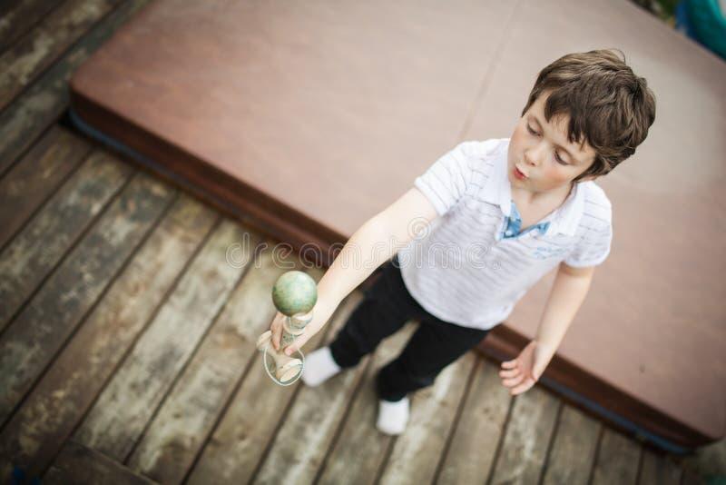 Φλυτζάνι και σφαίρα παιχνιδιού αγοριών στοκ φωτογραφία με δικαίωμα ελεύθερης χρήσης