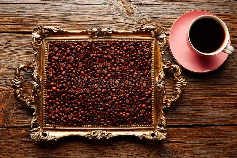 Φλυτζάνι και φασόλια καφέ στον εκλεκτής ποιότητας χρυσό δίσκο στοκ φωτογραφίες με δικαίωμα ελεύθερης χρήσης