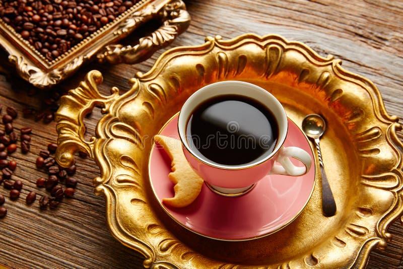 Φλυτζάνι και φασόλια καφέ στον εκλεκτής ποιότητας χρυσό δίσκο στοκ φωτογραφία με δικαίωμα ελεύθερης χρήσης