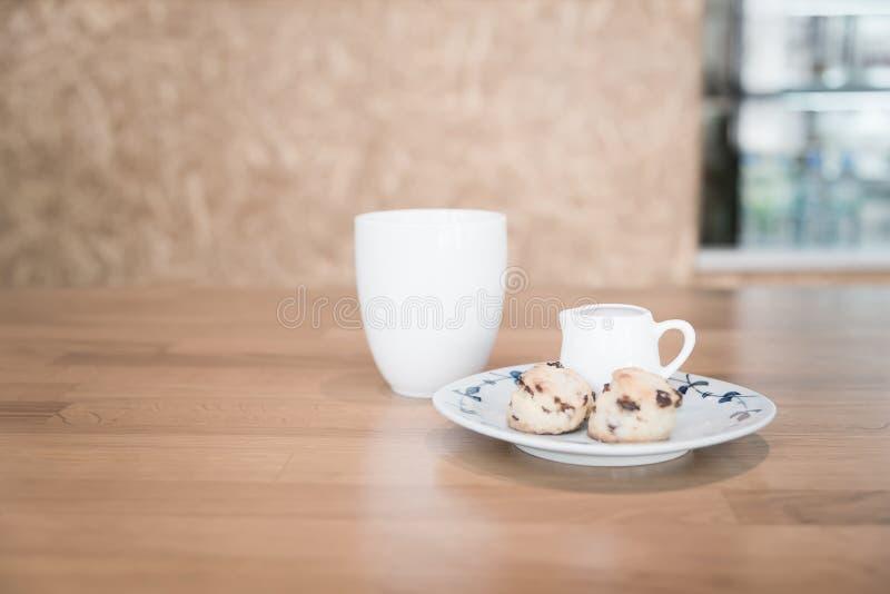 Φλυτζάνι και scone τσαγιού στοκ φωτογραφίες