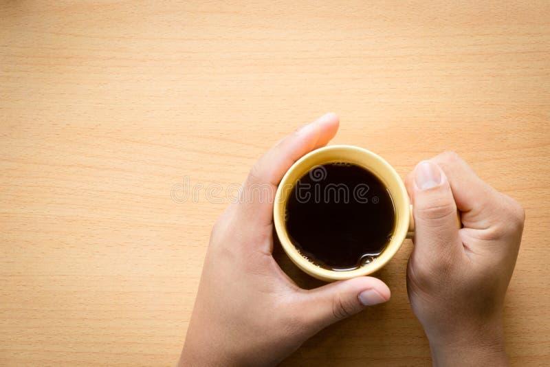 Φλυτζάνι καφέ εκμετάλλευσης χεριών στοκ φωτογραφίες