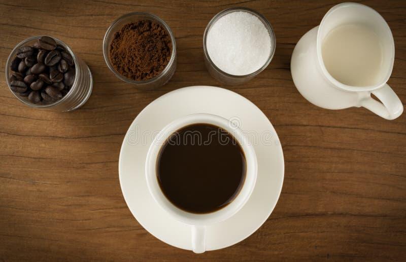 Φλυτζάνι καφέ με τα συστατικά στους παλαιούς ξύλινους πίνακες στοκ φωτογραφία με δικαίωμα ελεύθερης χρήσης