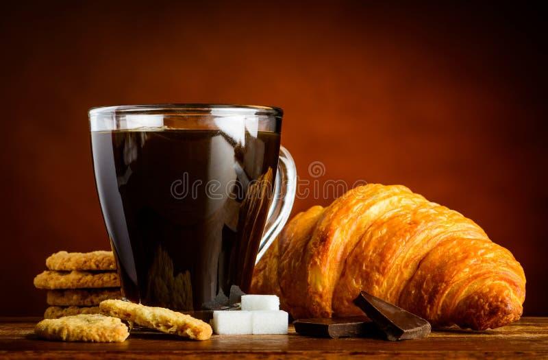 Φλυτζάνι καφέ με Croissant και τα μπισκότα στοκ φωτογραφία με δικαίωμα ελεύθερης χρήσης