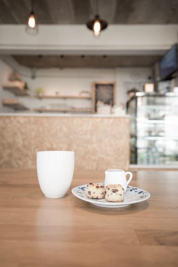 Φλυτζάνι καφέ στον καφέ στοκ εικόνα με δικαίωμα ελεύθερης χρήσης