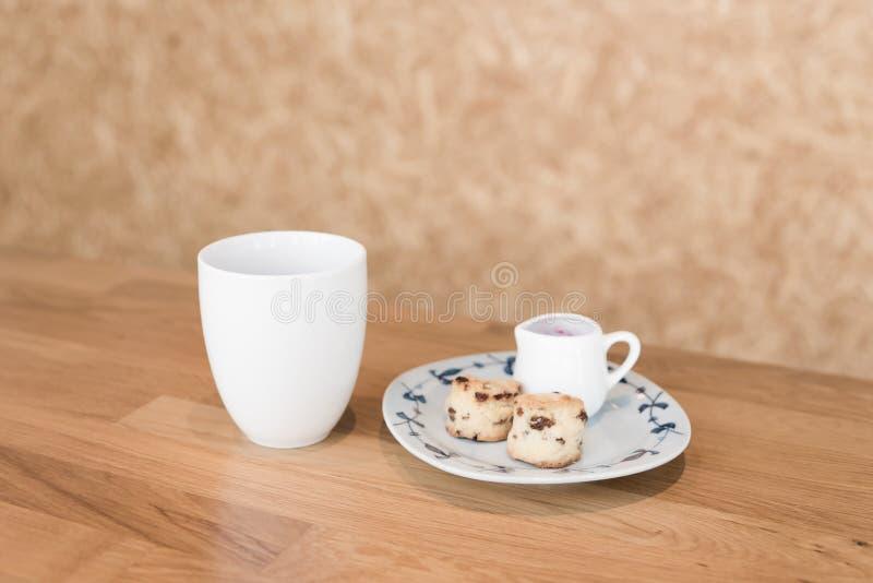 Φλυτζάνι καφέ στον καφέ στοκ εικόνες