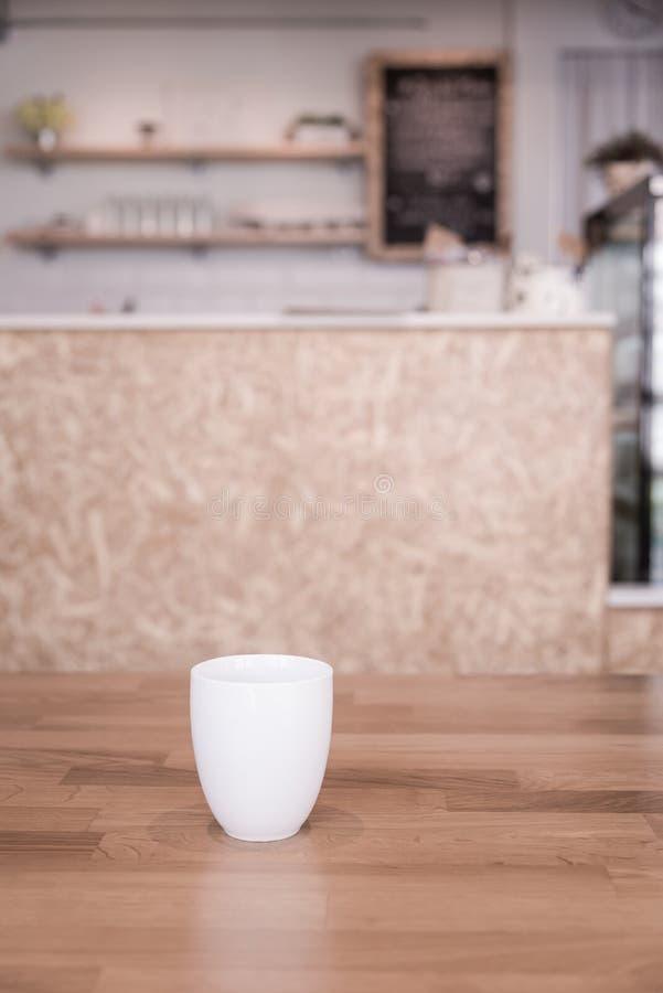 Φλυτζάνι καφέ στον καφέ στοκ φωτογραφίες με δικαίωμα ελεύθερης χρήσης