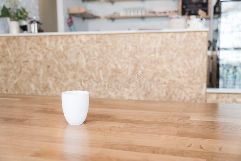 Φλυτζάνι καφέ στον καφέ στοκ φωτογραφία