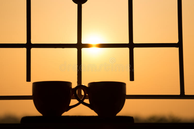 Φλυτζάνι καφέ στο παράθυρο στο πρωί με την όμορφη φύση στοκ εικόνες