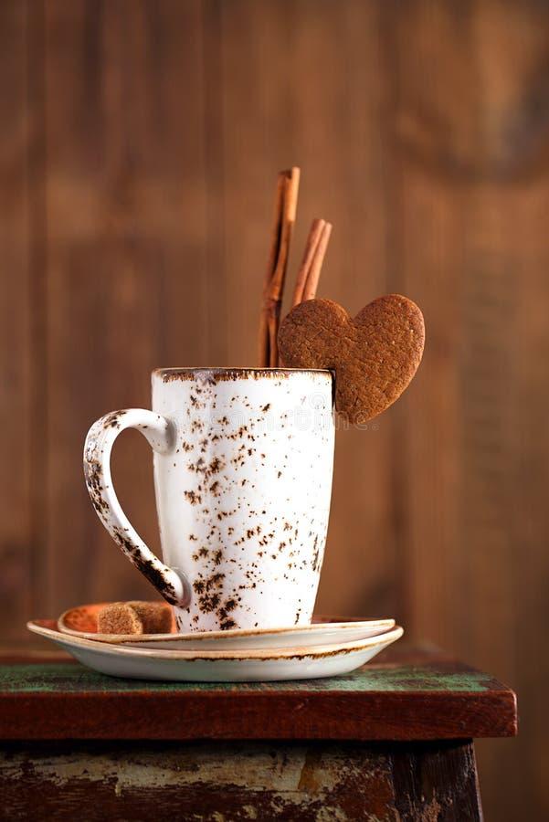 Φλυτζάνι καφέ Latte και μπισκότο καρδιών στοκ φωτογραφία