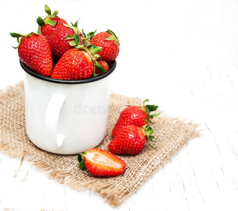 Φλυτζάνι μετάλλων με τις φράουλες στοκ εικόνα με δικαίωμα ελεύθερης χρήσης