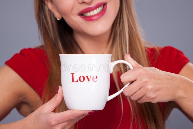 Φλυτζάνι με την αγάπη επιγραφής στοκ φωτογραφία με δικαίωμα ελεύθερης χρήσης