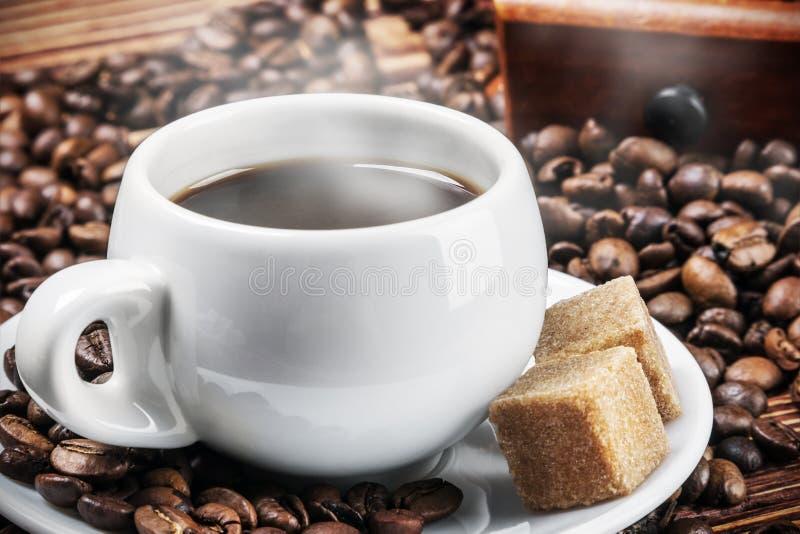 Φλυτζάνι με τον καυτούς καφέ και τη ζάχαρη στοκ φωτογραφία