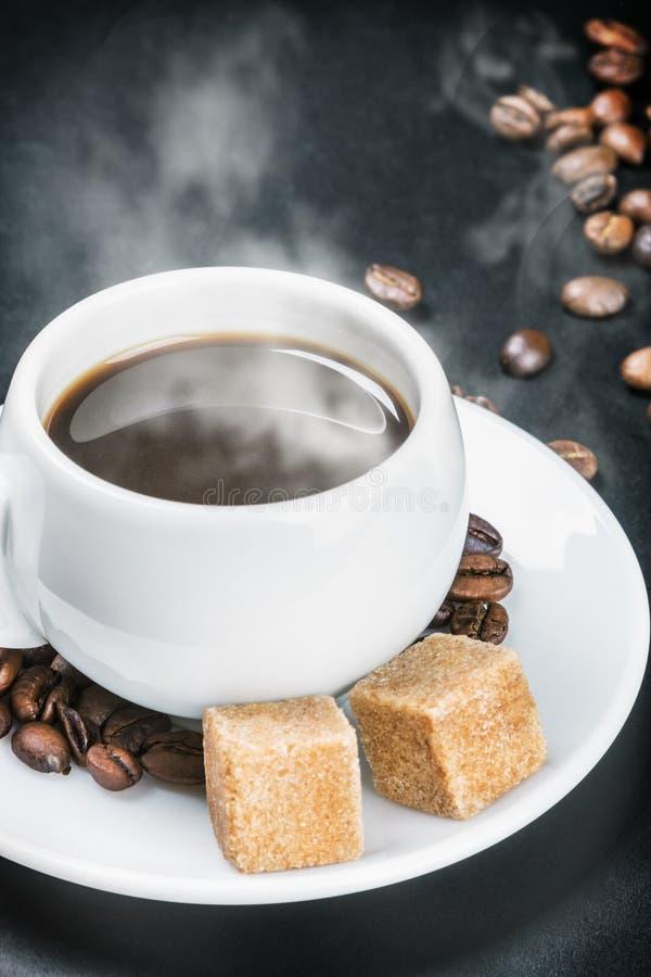 Φλυτζάνι με τον καυτούς καφέ και τη ζάχαρη στοκ εικόνες
