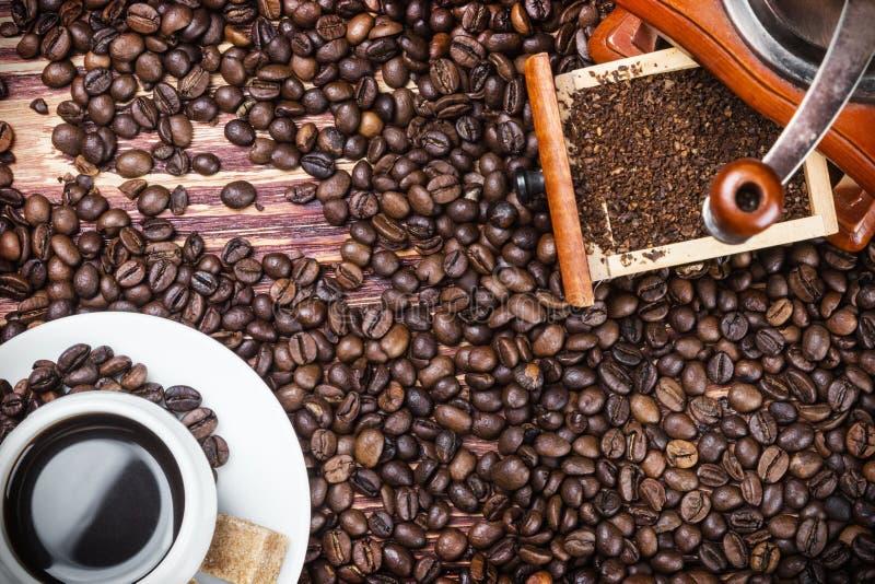 Φλυτζάνι με τον καυτό καφέ και τον καφέ αλεσμάτων στοκ εικόνες με δικαίωμα ελεύθερης χρήσης