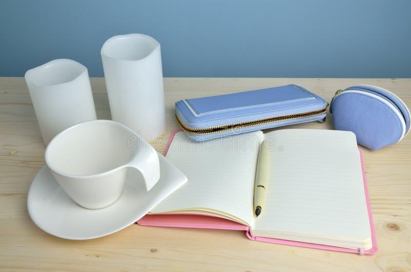 Φλυτζάνι, σημειωματάριο, μάνδρα και πορτοφόλι στοκ φωτογραφία