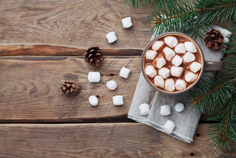 Φλυτζάνι της καυτής σοκολάτας στον ξύλινο αγροτικό πίνακα άνωθεν Εύγευστο χειμερινό ποτό Επίπεδος βάλτε στοκ φωτογραφίες