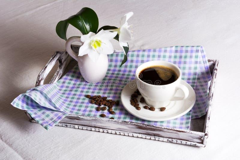 Φλυτζάνι του καφέ πρωινού με τα άσπρα λουλούδια στοκ φωτογραφίες