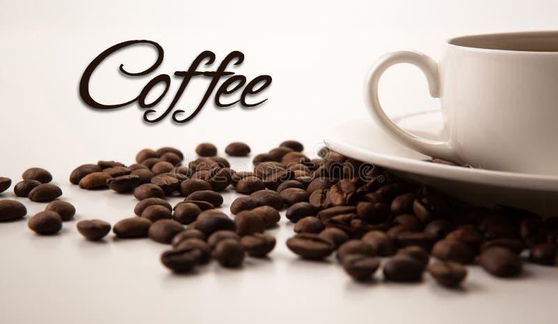 Φλυτζάνι του μαύρου καφέ με τα ψημένα coffe φασόλια στοκ εικόνα