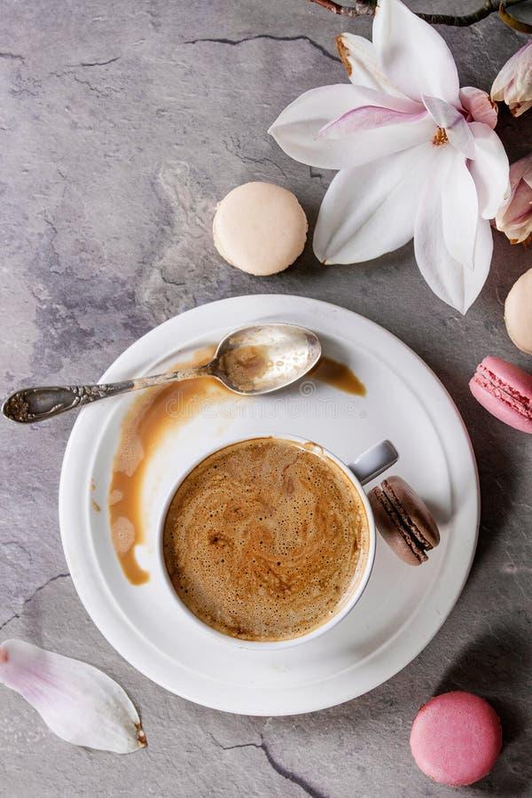 Φλυτζάνι του μαύρου καφέ με το magnolia στοκ εικόνα