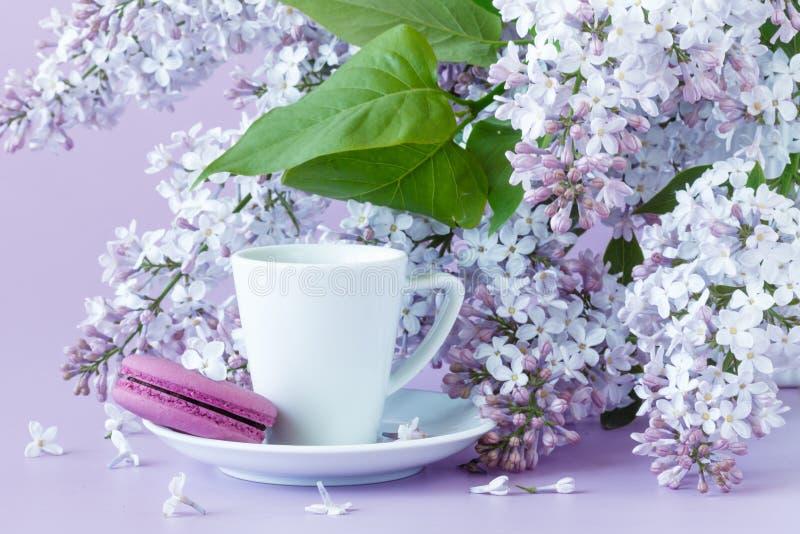 Φλυτζάνι του μαύρου καφέ, των ιωδών λουλουδιών και γλυκού γαλλικού macar κρητιδογραφιών στοκ φωτογραφία με δικαίωμα ελεύθερης χρήσης