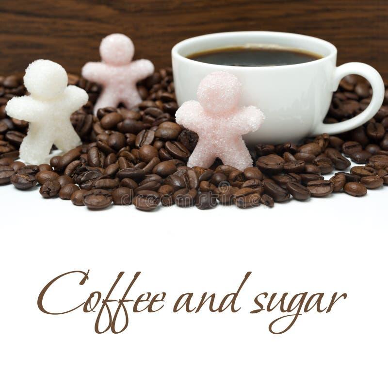 Φλυτζάνι του μαύρων καφέ και της ζάχαρης υπό μορφή μικρών ατόμων στοκ εικόνες