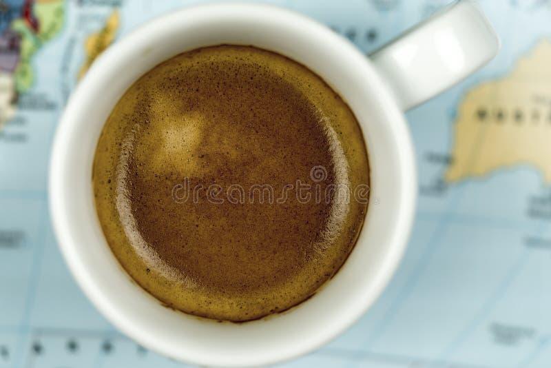 Φλυτζάνι του πρόσφατα παρασκευασμένου καφέ espresso στοκ εικόνα με δικαίωμα ελεύθερης χρήσης