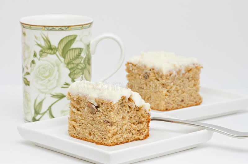 Φλυτζάνι του τσαγιού ή του καφέ με τη φέτα του κέικ μπανανών στοκ εικόνα