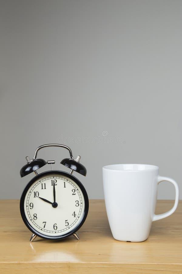 Φλυτζάνι του τσαγιού και του ξυπνητηριού στοκ φωτογραφίες με δικαίωμα ελεύθερης χρήσης