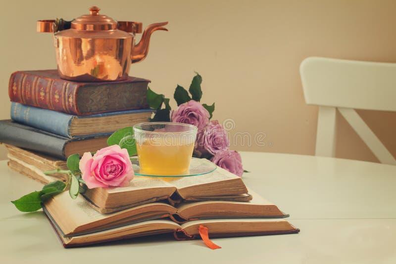 Φλυτζάνι του τσαγιού με τα βιβλία στοκ φωτογραφία