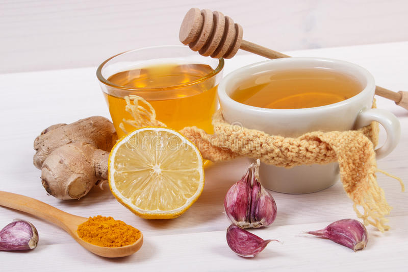 Φλυτζάνι του τσαγιού με το λεμόνι και των συστατικών για το θερμαίνοντας ποτό προετοιμασιών στοκ εικόνα με δικαίωμα ελεύθερης χρήσης