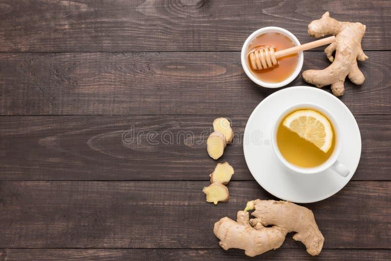 Φλυτζάνι του τσαγιού πιπεροριζών με το λεμόνι και του μελιού στο ξύλινο υπόβαθρο στοκ φωτογραφία