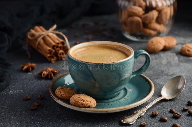 Φλυτζάνι του φρέσκου καφέ με τα μπισκότα Amaretti στο σκοτεινό υπόβαθρο στοκ φωτογραφία