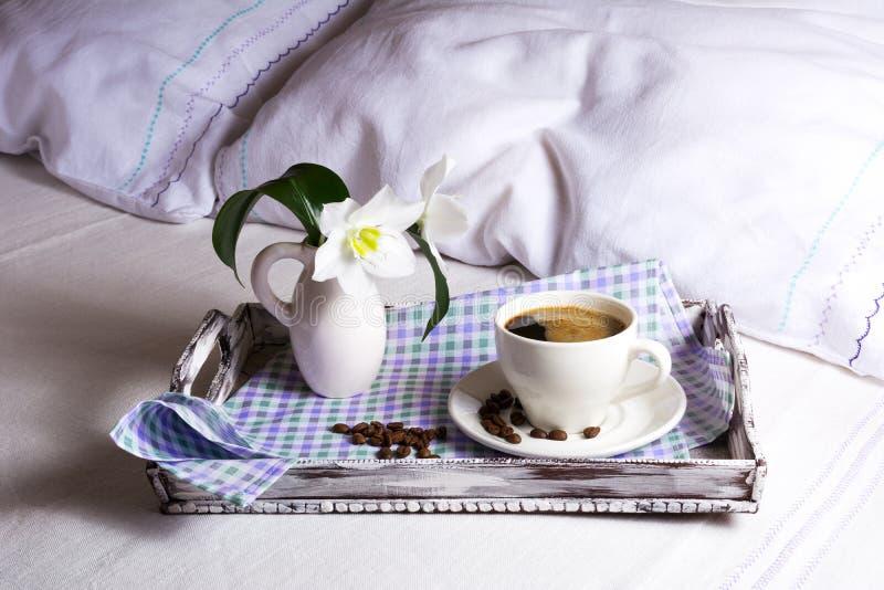 Φλυτζάνι του φρέσκου καφέ με τον άσπρο κρίνο στοκ φωτογραφία με δικαίωμα ελεύθερης χρήσης