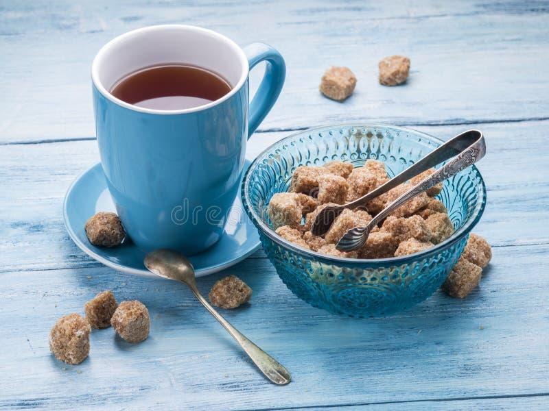 Φλυτζάνι των κύβων ζάχαρης τσαγιού και καλάμων στοκ φωτογραφία με δικαίωμα ελεύθερης χρήσης