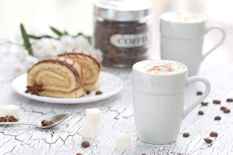 Φλυτζάνι Cappuccino και του κέικ στοκ φωτογραφίες
