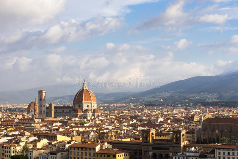 Φλωρεντία, Ιταλία και καθεδρικός ναός κάτω από έναν δραματικό ουρανό στοκ εικόνα