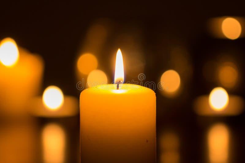 Φλόγα κεριών που καίγεται στο σκοτάδι στοκ εικόνες