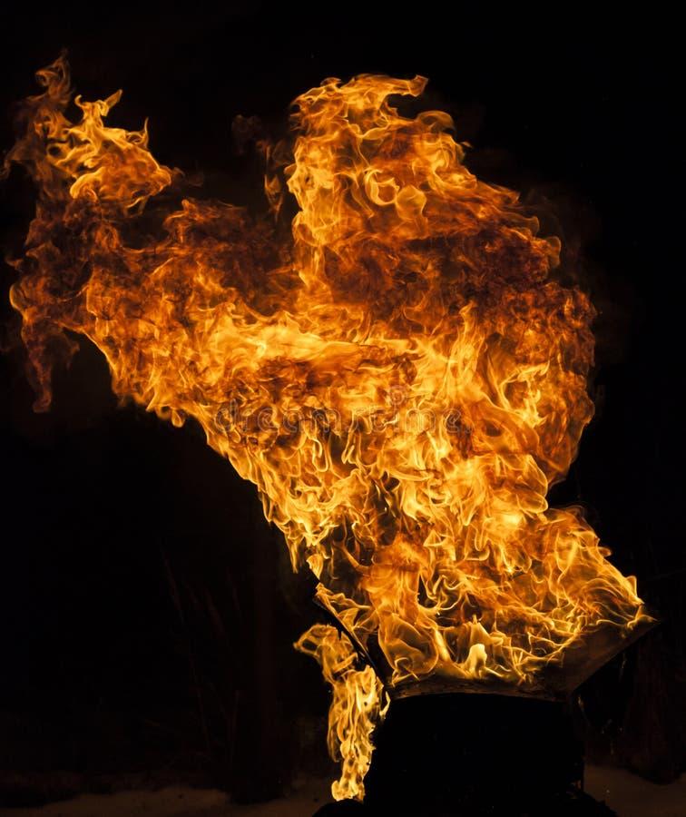 Φλόγα πυρκαγιάς στο μαύρο υπόβαθρο στοκ φωτογραφίες με δικαίωμα ελεύθερης χρήσης
